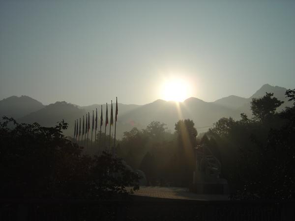 9/30   早朝  万里の長城のふもと より_f0072976_1722541.jpg