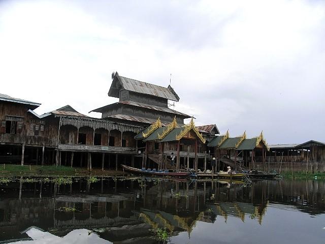 <インレー湖> ガーペー僧院のジャンピング・キャット_c0011649_665676.jpg
