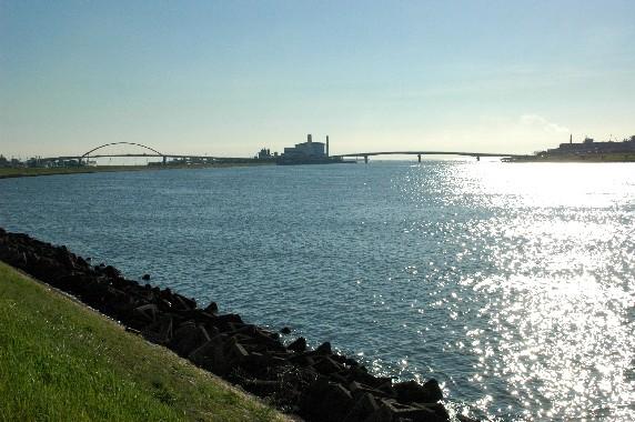 川のある風景_b0093754_2331545.jpg