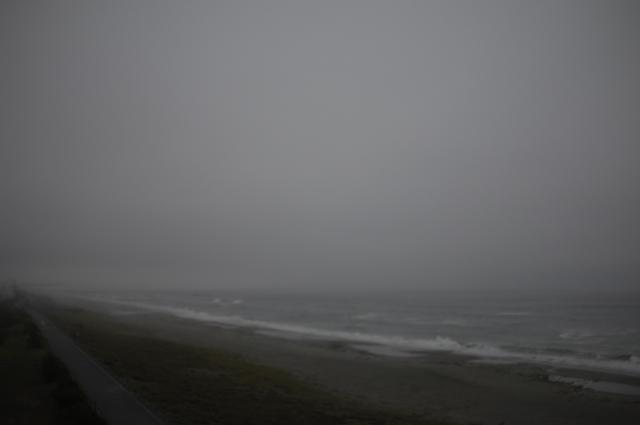台風前の静岡県浜松の海岸沿いです。視界が悪いせいもあり見渡す限り海岸が続いている綺麗な砂浜があります。