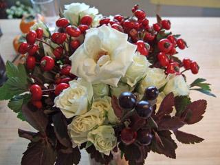 房咲きのバラをモダンに_f0078756_1774848.jpg