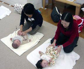 赤ちゃんニコニコ  ご機嫌なマッサージ_d0029276_18184224.jpg