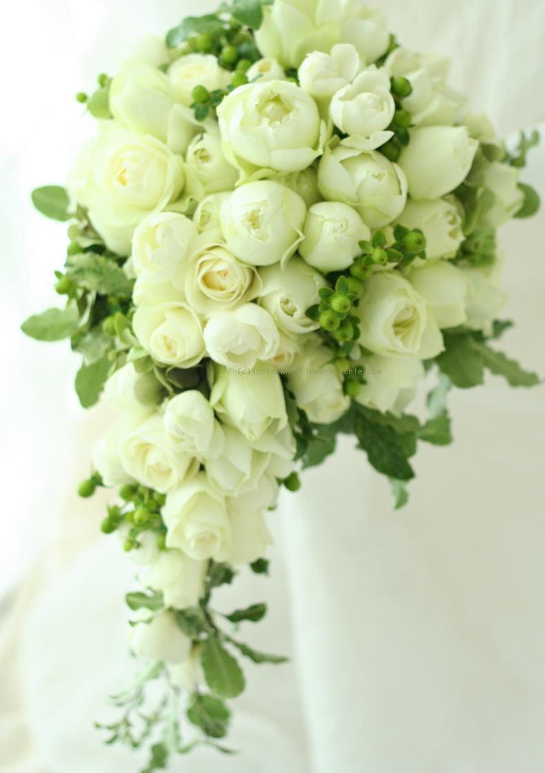 ブーケ セミキャスケード 白い丸いバラと黄緑の実_a0042928_21205964.jpg