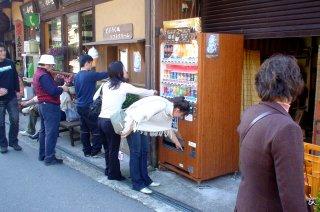 世界遺産の中のコカ・コーラの自動販売機_a0003909_6222666.jpg