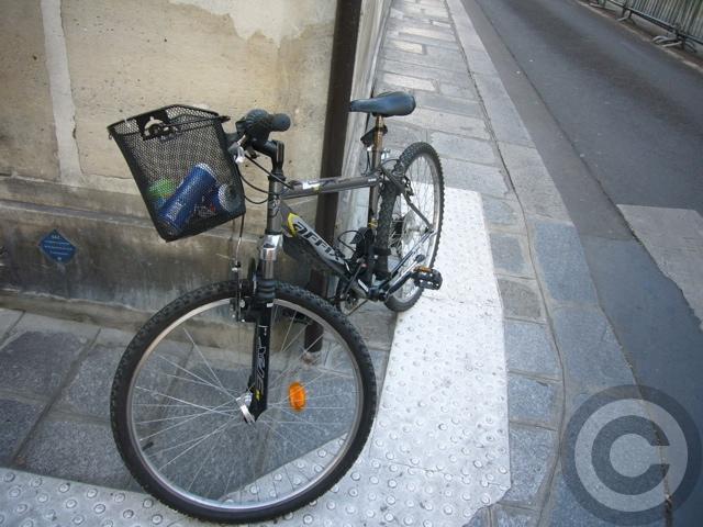 ■自転車はゴミ箱じゃない!(パリ)_a0008105_10495221.jpg