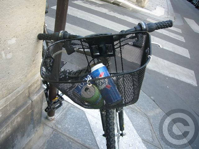 ■自転車はゴミ箱じゃない!(パリ)_a0008105_1050959.jpg