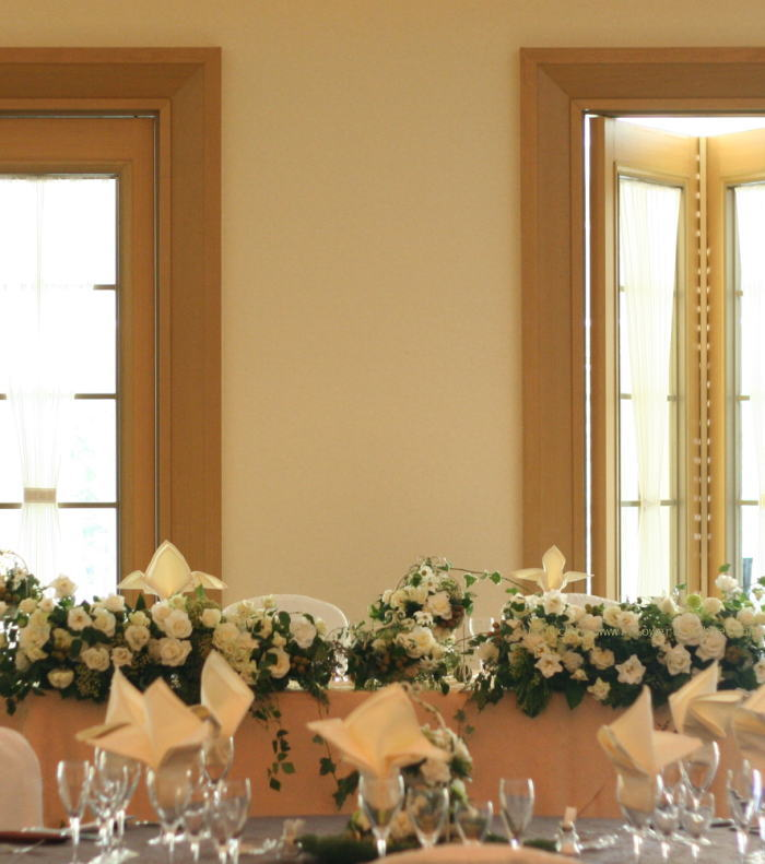 ホテル様への装花 白バラとグリーンネックレス_a0042928_1813444.jpg