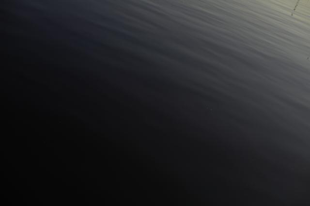 右上から夕日が差し込み左下は薄暗くなってます。海面に注す夕日を撮ってます。