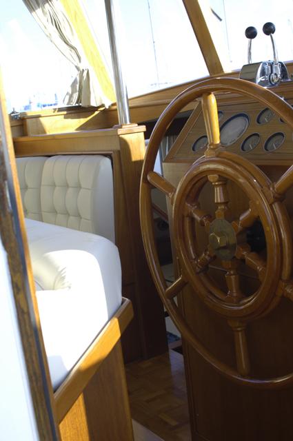 船というかクルーザーを売ってる所は初めてみました。大体売ってるものなのか??そんな気もします(笑)木製のハンドル(クルクル回すやつ)で船内は革張りのシート。木を贅沢に使ったお洒落な船でした。