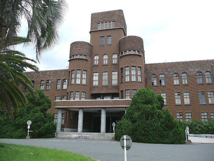 正門を入ったら右前に見える大型の建物。九州大学のランドマークです。地味... 九州大学工学部本館