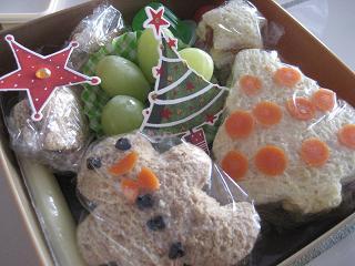 クリスマスバージョンのお弁当もって。_c0119197_10403912.jpg