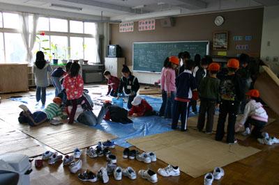 2007年12月5日(水) 「学校の中に洞窟があるなんて!」_a0062127_6493794.jpg