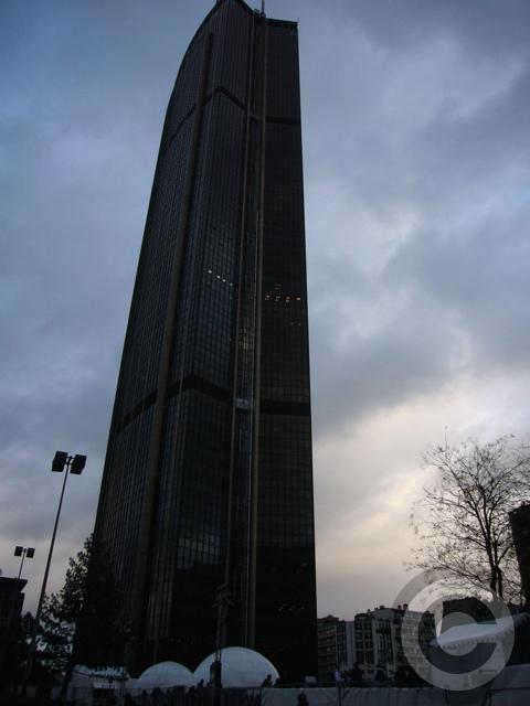 ■モンパルナス駅前のスケートリンク(パリ)_a0008105_852378.jpg