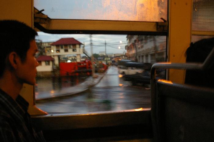 Bangkokの赤バスに乗っている青年_e0100152_5192120.jpg