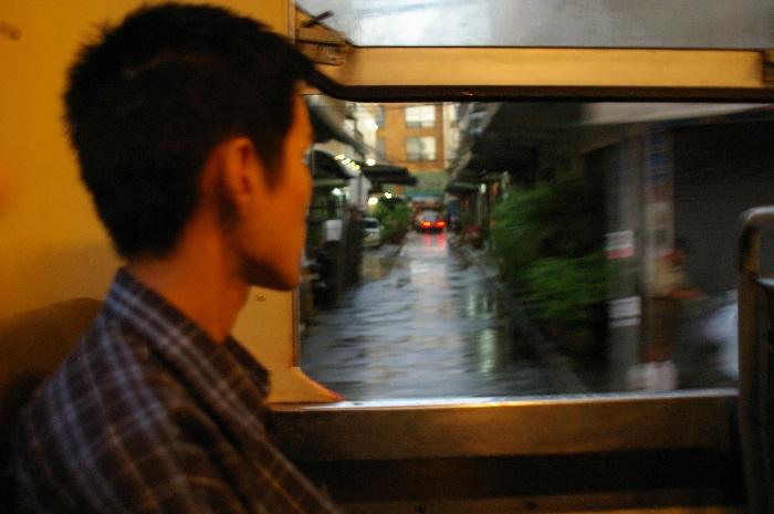 Bangkokの赤バスに乗っている青年_e0100152_5201520.jpg