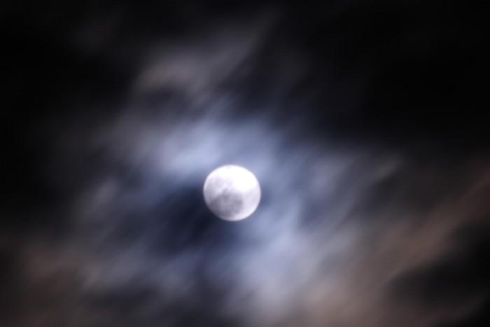 雲間に見える満月_c0152379_2302610.jpg
