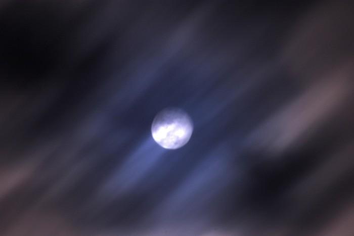 雲間に見える満月_c0152379_230711.jpg