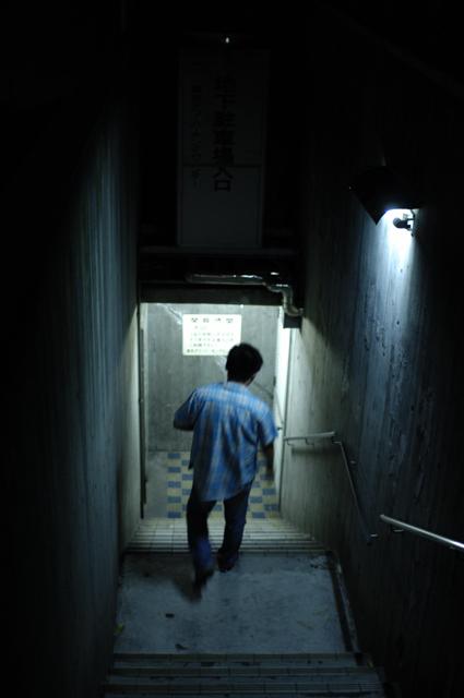 地下の駐車場へ通じる階段を歩く友達です。薄暗く蛍光灯で背中を照らしてます。東京タワーすぐ近くの芝浦公園の地下駐車場だったように思います。