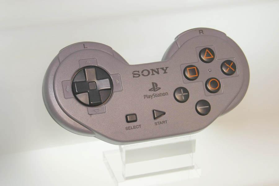 本物かしら? SNES-CD開発キット用、コントローラ。_c0004568_18281145.jpg