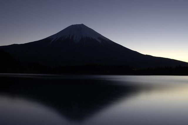 田貫湖から富士山の御来光を待ちました。空気も澄んで風もほとんどありません。気温は-6度ぐらいでしょうか。AM6:06の富士山です。日の出はさらに30分ほど後なのですが、富士山右側(海側)からは朝日が零れ落ちそうなオレンジ色の光を照らし始めた頃でした。カラー写真ですが湖面には富士山の陰、富士山そのものも影を落とし静かな時間を過ごさせてくれました。新年一枚目にふさわしいと思った一枚です。