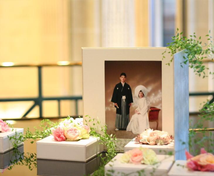 写真と一緒に飾る花 フォトスペース装花_a0042928_2223373.jpg