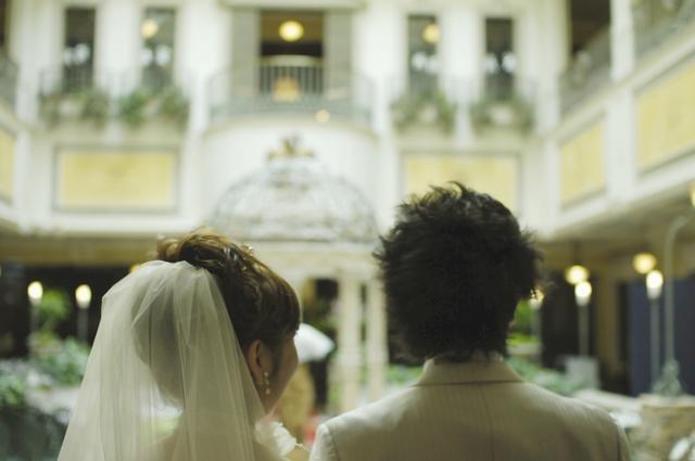 昨年の従兄弟の結婚式。プロは狙わないだろうと思う写真に専念しました。二人が遠くを眺めている所を背後から撮りました。二人の将来に幸あれ!