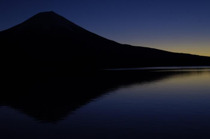 まだ日の出前で空が青く染まり湖も空と同じ色になりました。まだ暗く富士山はシルエットしか見えません。そして湖面には富士山の影が映っています。お正月に撮れた富士山ベスト3に入るかな!?と思う一枚です。