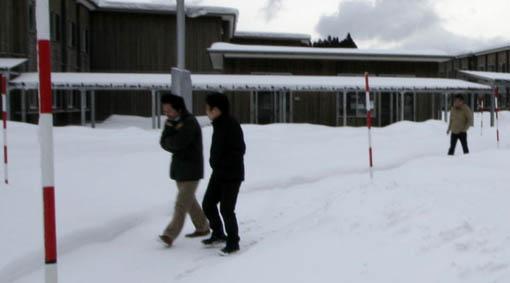 地吹雪の中の国際教養大学宿舎_e0054299_7282671.jpg