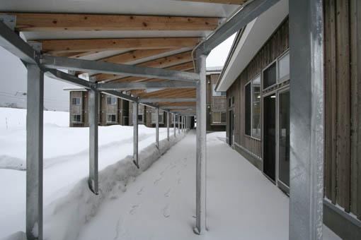 地吹雪の中の国際教養大学宿舎_e0054299_913372.jpg