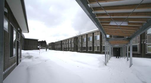 地吹雪の中の国際教養大学宿舎_e0054299_9135113.jpg