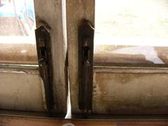 窓にカンヌキ_b0115652_1749576.jpg