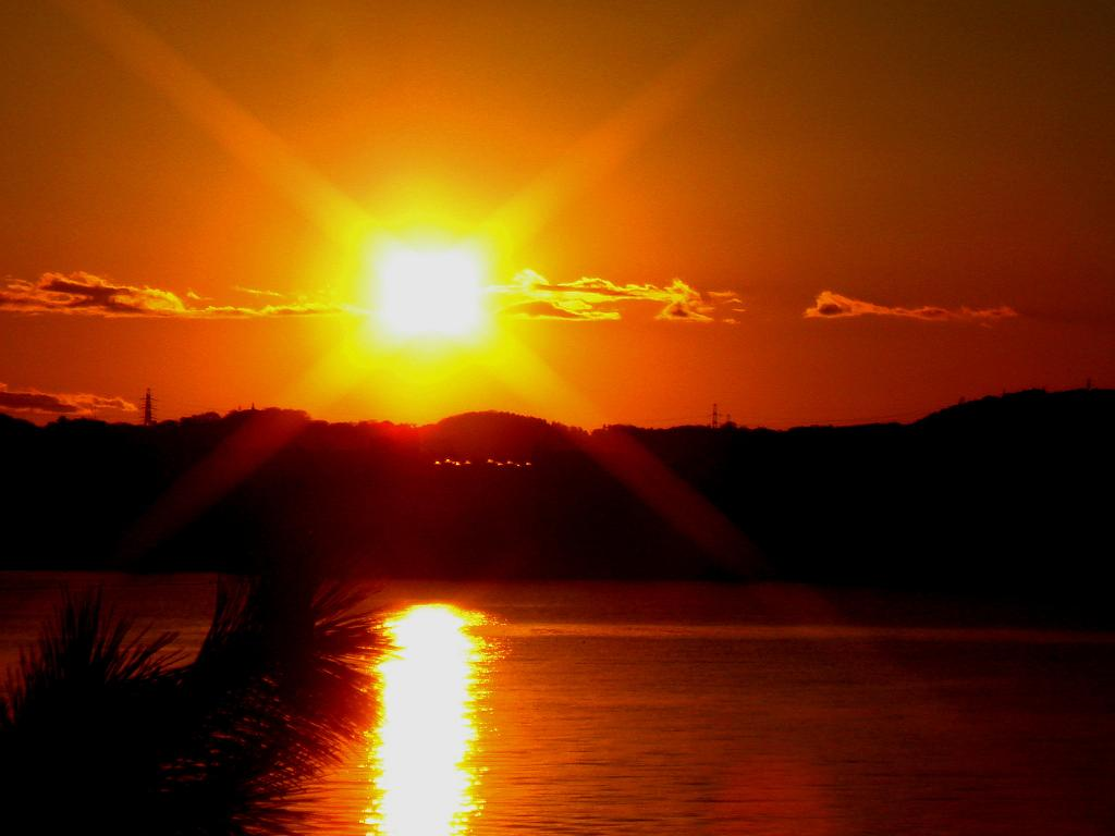 川に写る夕日_c0113950_9233672.jpg