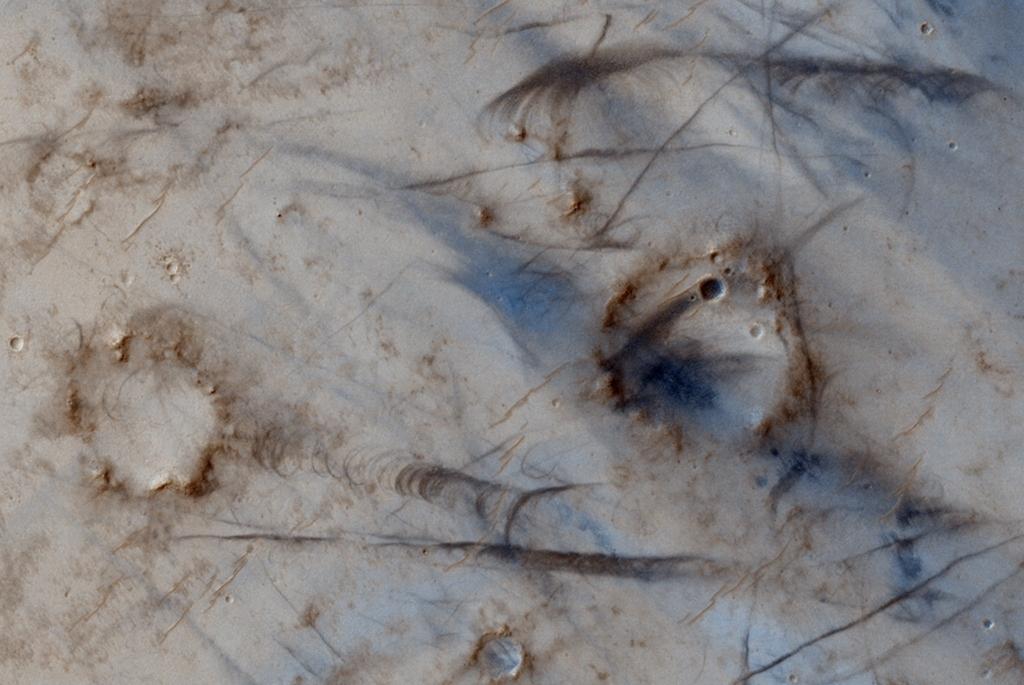 マーズ・リコネッサンス・オービターが撮影した火星の巨大な塵旋風_d0063814_9244820.jpg