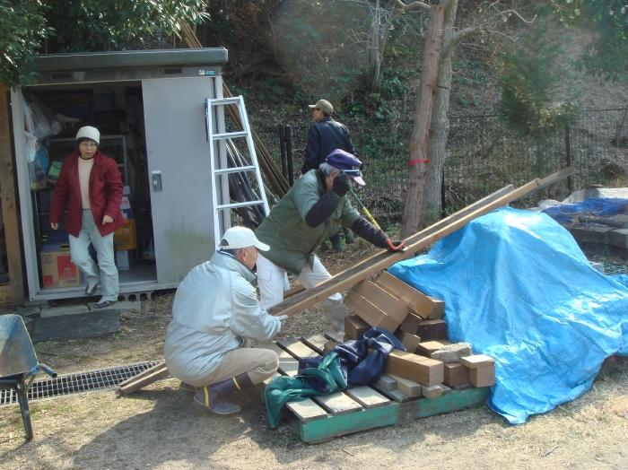 ビオトープ歩道に枕木敷設・・・定例活動日_c0108460_16421412.jpg