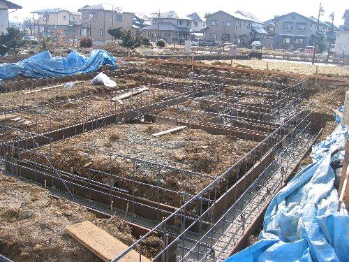 コーナの補強鉄筋や鉄筋のコンクリートへの定着長さなどのチェック。基礎底板... U邸新築工事