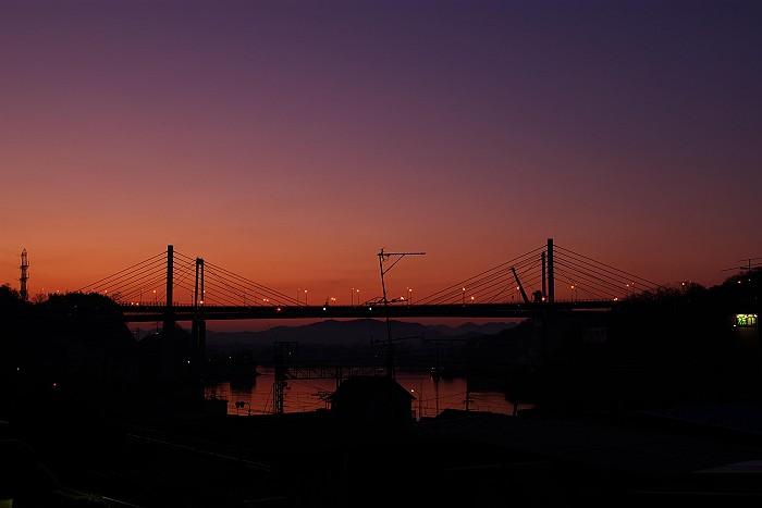 日出前の尾道大橋_c0152379_6233643.jpg