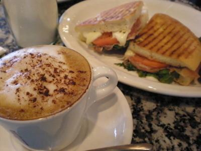 お気に入りのイタリア系カフェでパニーニ&ジェラート「CALABLIA」_d0129786_1893886.jpg