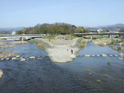 鴨川に 春きたりなば ひと集う_c0069903_733221.jpg