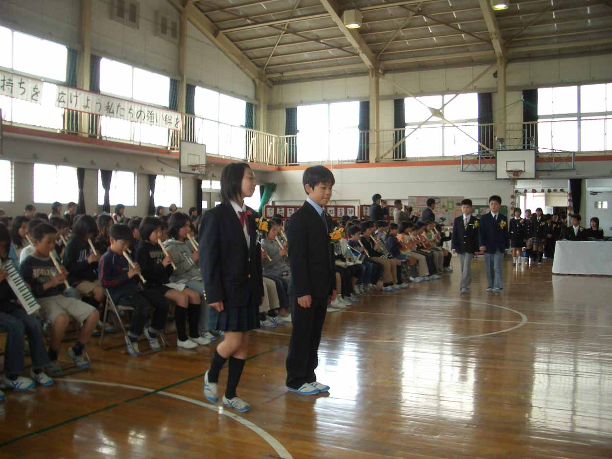 「仰げば尊し」はなかったけれど、感激した!小中学校の卒業式。_f0141310_22175037.jpg