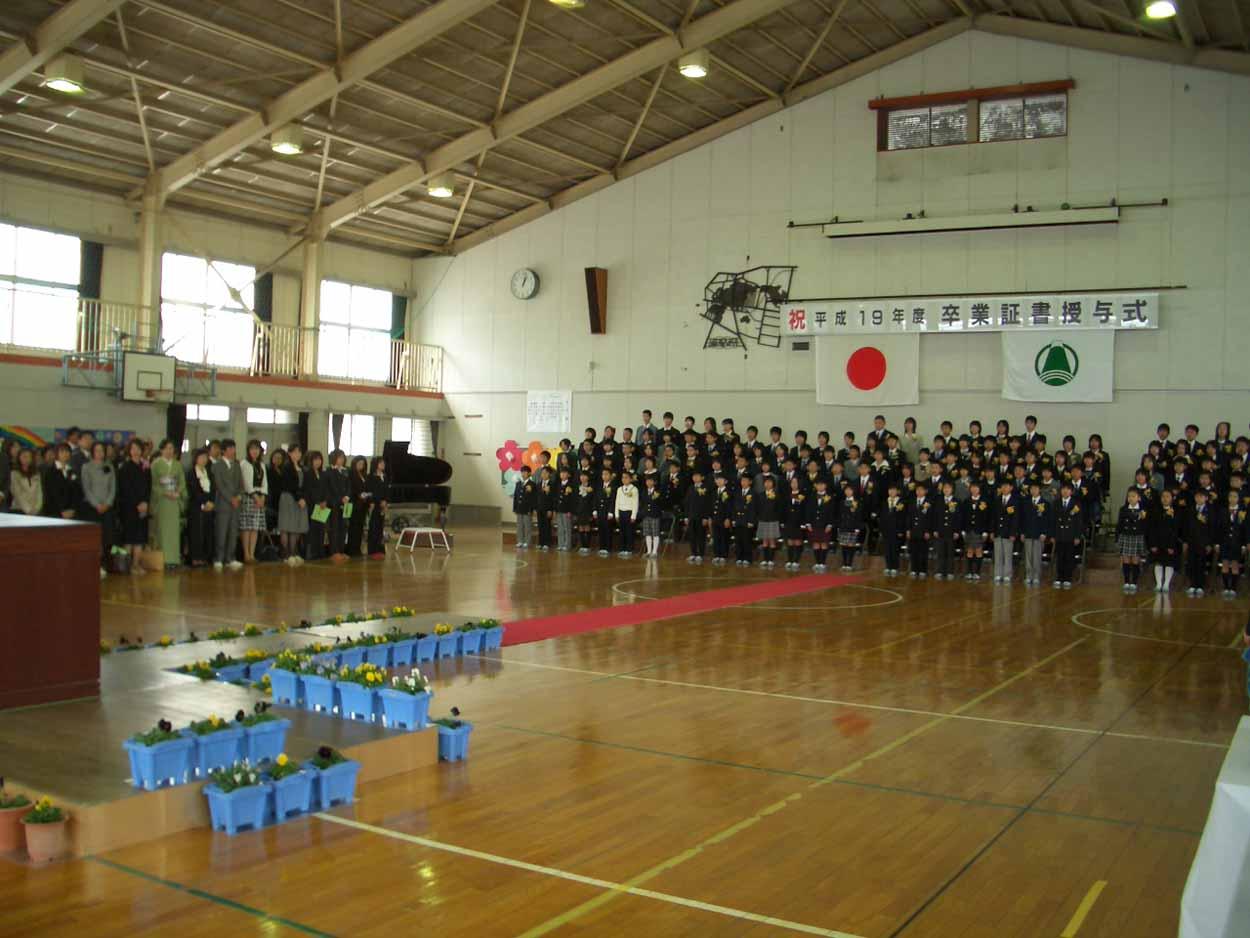 「仰げば尊し」はなかったけれど、感激した!小中学校の卒業式。_f0141310_2218052.jpg