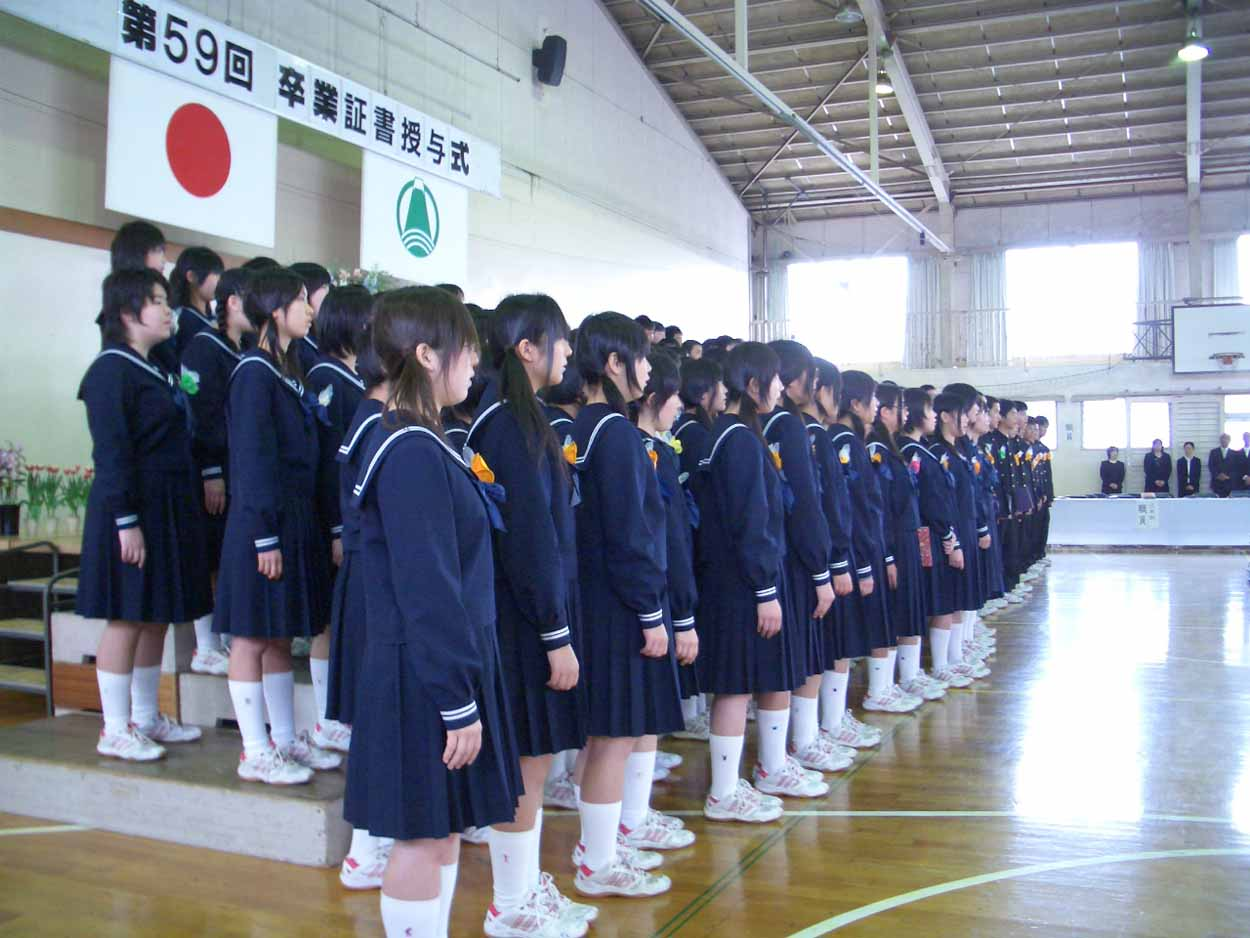 「仰げば尊し」はなかったけれど、感激した!小中学校の卒業式。_f0141310_2218457.jpg