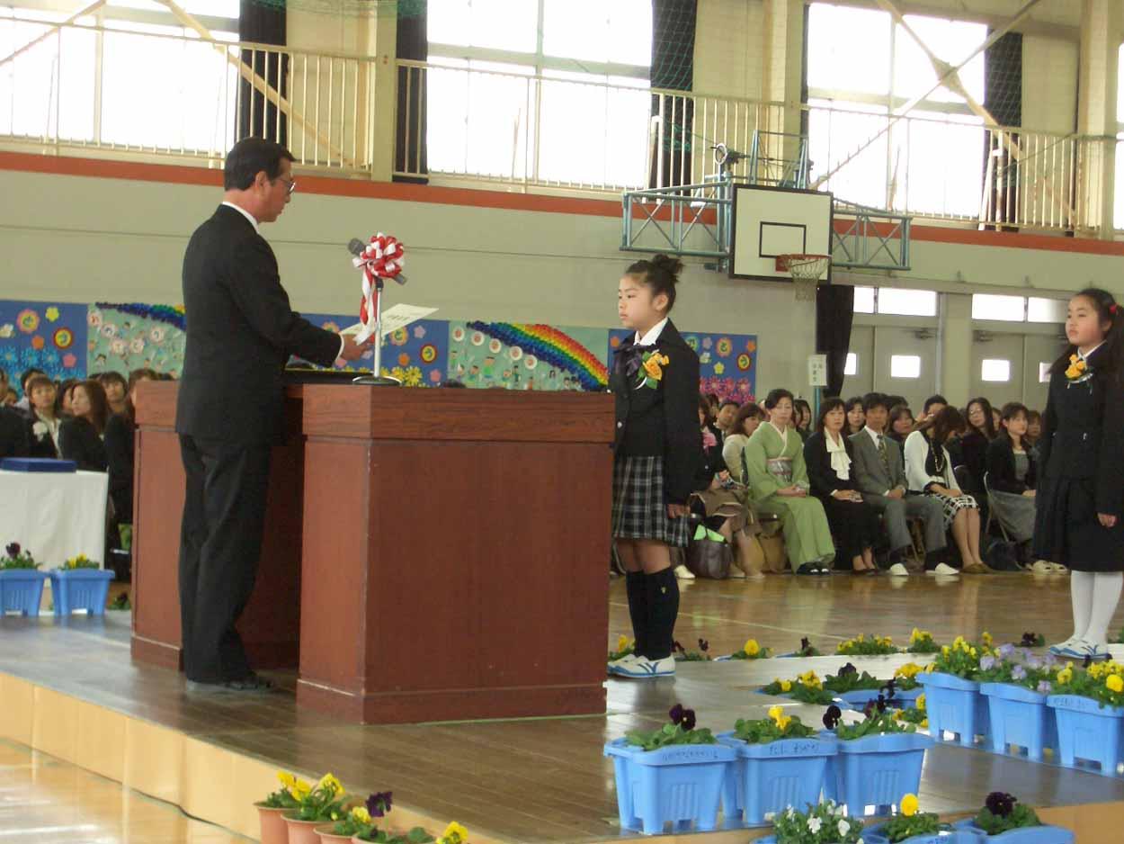「仰げば尊し」はなかったけれど、感激した!小中学校の卒業式。_f0141310_2218863.jpg