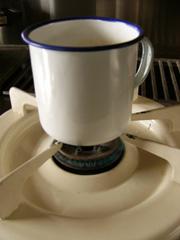 豆乳コーヒーの豆乳はコップで直火であっためる。_b0115652_16234498.jpg