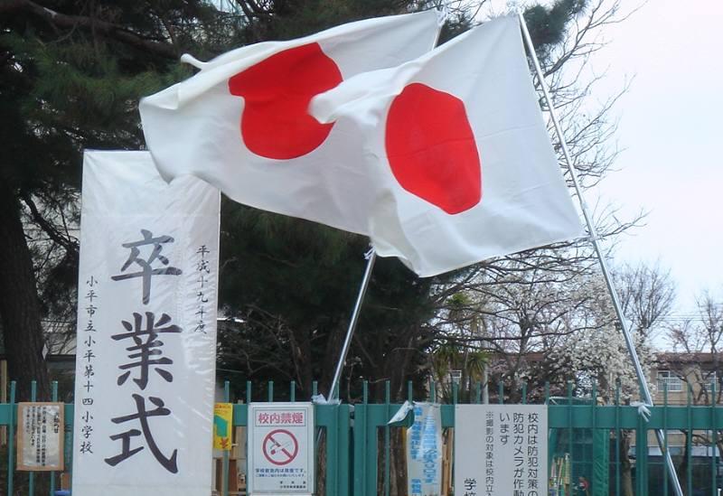 暖かな春の小学校卒業式_f0059673_2081679.jpg