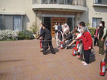 消防訓練<アクティブライフ芦屋/グループホーム>_c0107602_1653363.jpg