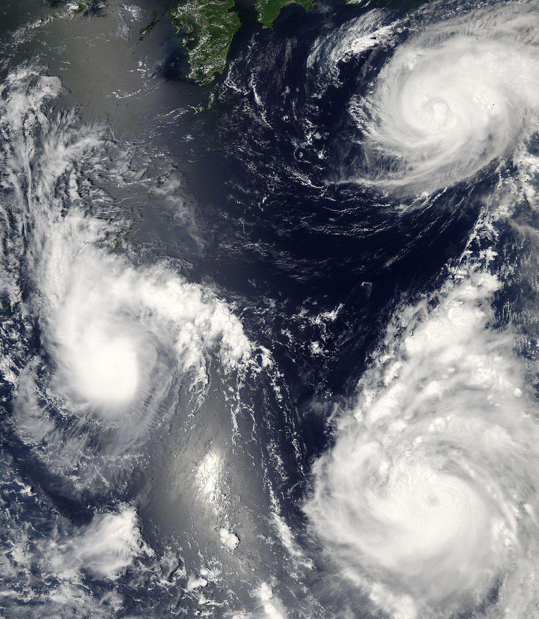 宇宙から同時に捉えられた太平洋上の3つの台風_d0063814_103819100.jpg