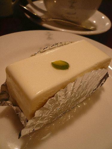 赤坂  しろたえ の レアチーズケーキ。。。.゚。*・。♡♬_a0053662_23503356.jpg