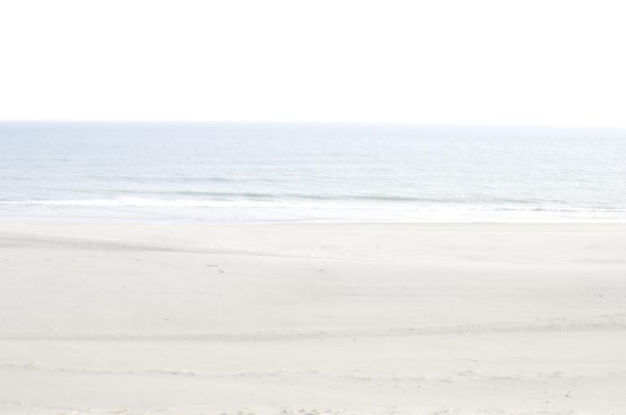 空と海と砂浜だけの普通な写真です。