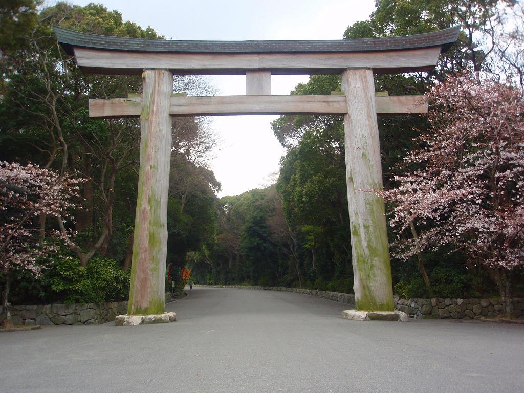 「福岡県護国神社」の鳥居。木製の鳥居である。かなり古い感じがした。祭神が... えもやんの楽々サ