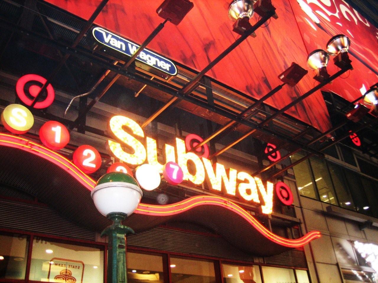地下鉄の看板、派手ッ!_f0076322_15475074.jpg